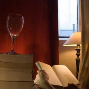 Person beim Lesen eines Weinführers